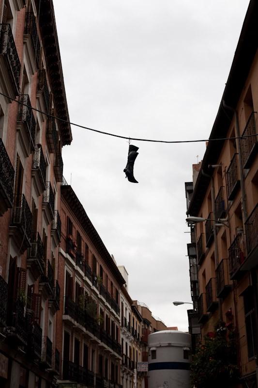 090329-flying-shoes-madrid-malasana-1